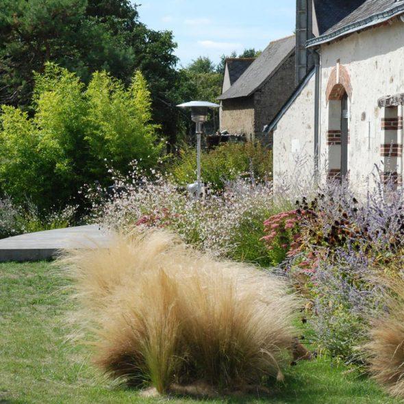 Conception de jardins paysagers : fleurs, gazon, terrasse