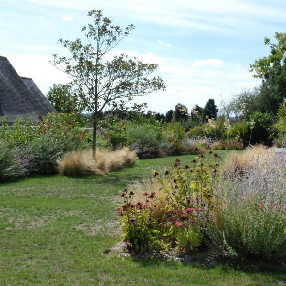Réalisation de jardins paysagers : arbres, haies, fleurs, gazon