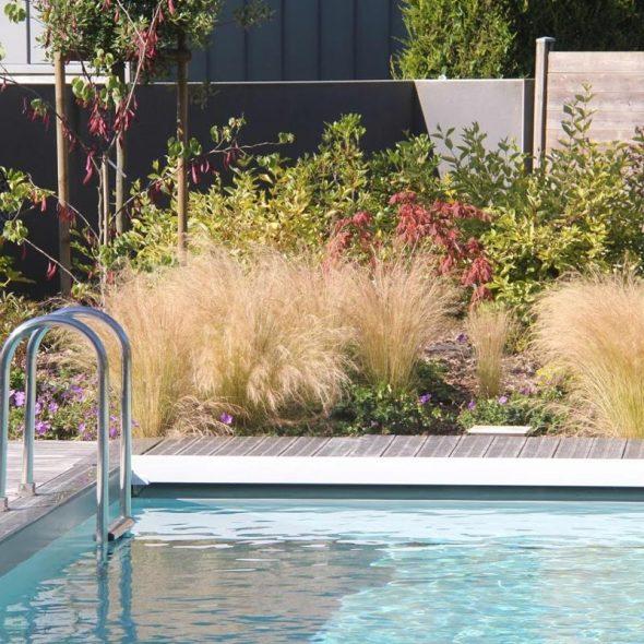 Conception d'espaces paysagers : terrasse en bois, jardin, haie
