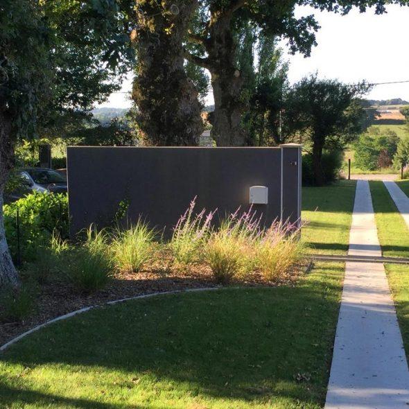 Réalisation d'espaces paysagers : allée, chemin, haie