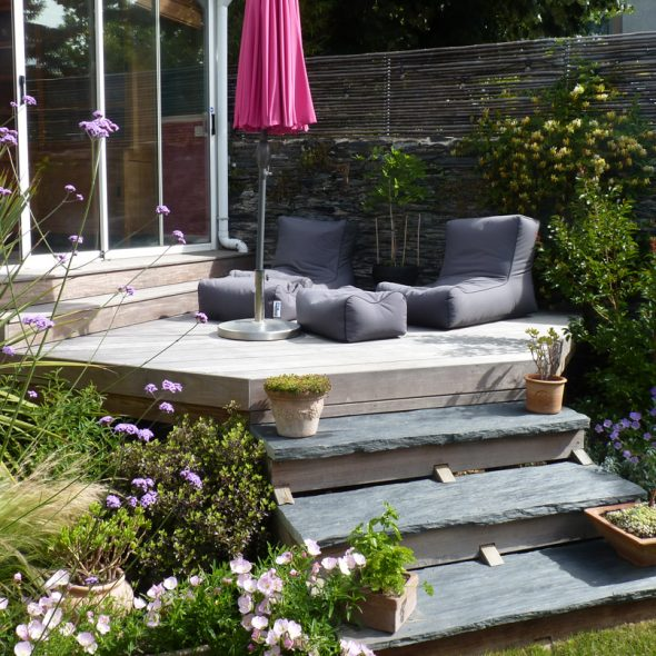 création jardin de ville, terrasse bois, gazon