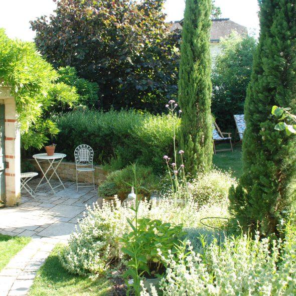 aménagement d'espaces au jardin, glycine, cyprès