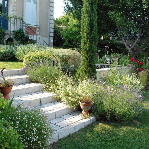 aménagement de jardin, escalier, bassin et lavandes