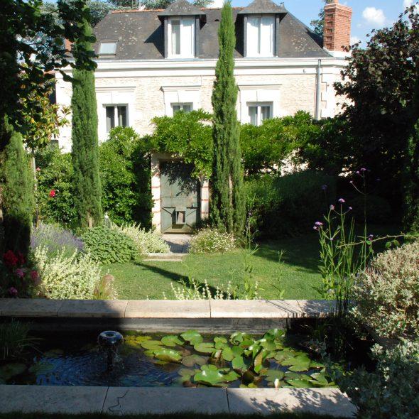 création jardin, bassin d'eau , nénuphars, cyprès